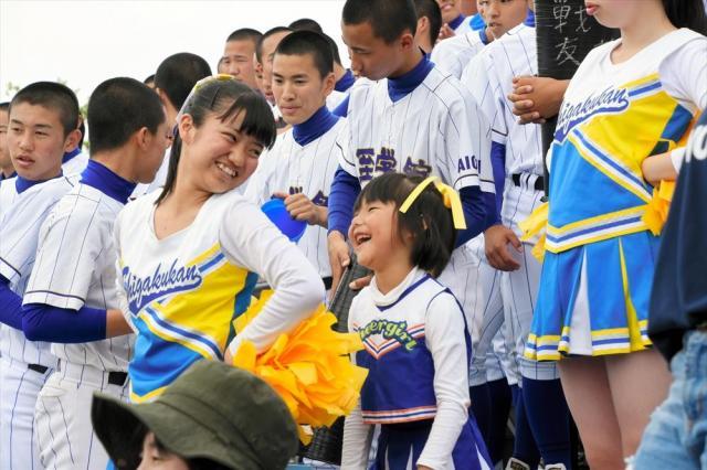 応援の合間に仲良しのチアリーダー菜津美さん(3年)と笑いあう