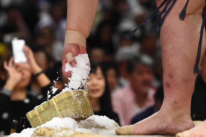 取り組み前に塩をつかむ力士の手元=恵原弘太郎撮影