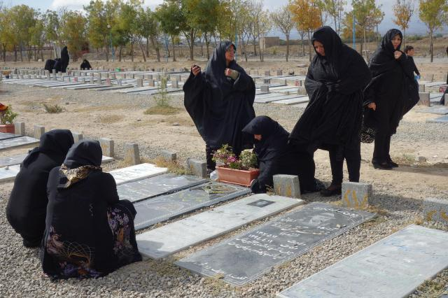 イラン北西部アルダビールで見かけた、イスラム教シーア派のお墓。遺体は日本のように火葬せず、地面の下に埋める=2016年10月13日