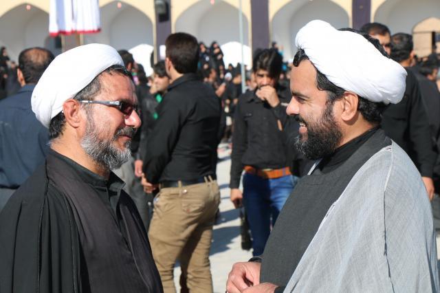 イラン中部ヤズド近郊で、談笑するイスラム法学者。仏教でいうところのお坊さん=2015年10月24日