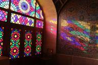 イラン南部シラーズのモスク。ステンドグラスから朝日が差し込むと、美しく内部が彩られる