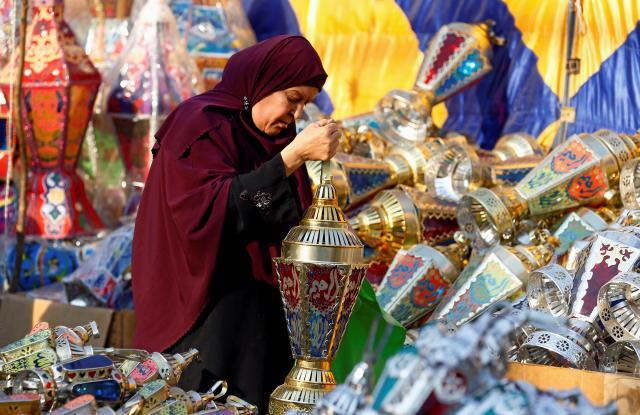 断食=苦行ととらえられがちですが、イスラム圏でのラマダンはむしろお祝いごと。エジプトではランタンを飾ります=2017年5月25日