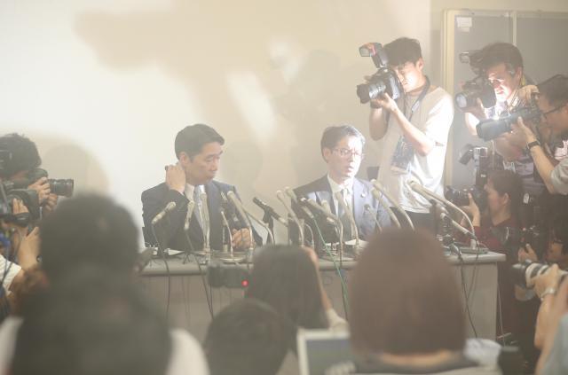 記者会見では、集まった報道陣の熱気でカメラのレンズが曇り、前川喜平・前文科事務次官がかすんで見えた=25日午後4時59分、東京都千代田区、関田航撮影