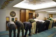 日本イスラーム文化交流会館で初めて行われた金曜礼拝=2016年9月9日、東京都品川区