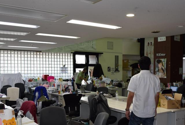 本社ビルの一室。壁には専属女優のポスターが貼られていた=中野区、長野剛撮影