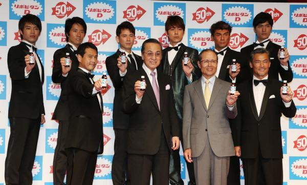 「リポビタンD」の発売50周年を記念して集まった歴代のCM出演者たち=2012年5月
