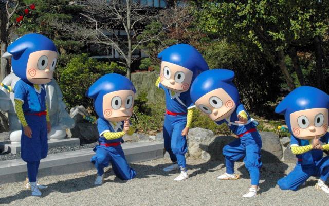 藤子不二雄(A)さんの出身地、富山県氷見市の職員らが忍者ハットリくんの着ぐるみを試着して忍術方法に挑戦=氷見市丸の内