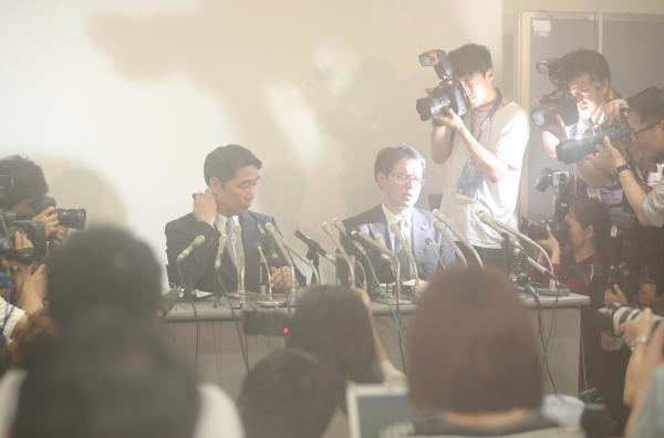 記者会見では、集まった報道陣の熱気でカメラのレンズが曇り、前川喜平・前文部科学事務次官がかすんで見えた=25日午後4時59分、東京都千代田区、関田航撮影