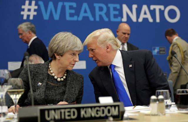 NATOの会議に出席したトランプ大統領(右)とイギリスのメイ首相=2017年5月25日。メイ首相は、イギリスのマンチェスターで起きたテロ事件の捜査情報がアメリカ政府を通じて漏れていることに怒っているという