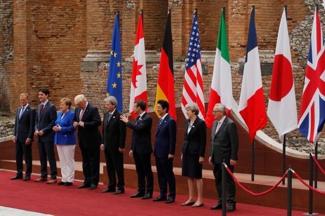 イタリアのシチリア島で開かれたG7サミットで、記念撮影におさまる各国首脳=2017年5月26日