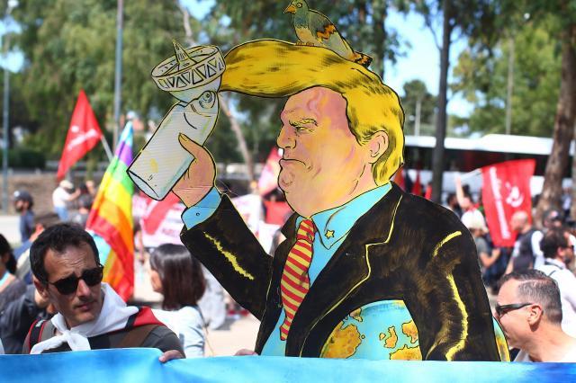 シチリア島で、G7サミットへの抗議デモに現れたトランプ米大統領のパネル=2017年5月27日