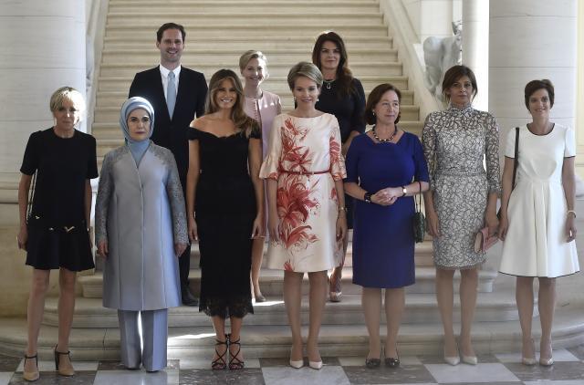 ホワイトハウスが投稿したのと同じ構図の写真。10人並んだ首脳の配偶者のうち、デストネさんの名前だけがなかった=2017年5月25日