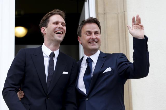 破顔するゴーディエ・デストネさん(左)と、手を上げるルクセンブルクのグザビエ・ベッテル首相=2015年5月15日