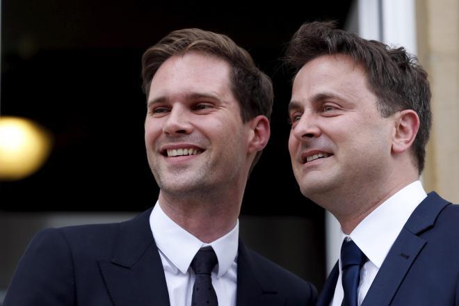 2015年5月15日。結婚式を終え、市役所に姿を現したルクセンブルクのグザビエ・ベッテル首相(右)と、夫のゴーティエ・デストネさん