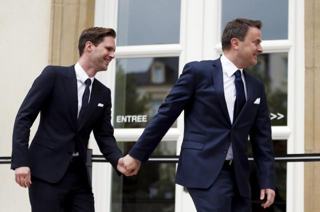 ゴーディエ・デストネさん(左)の手をとるルクセンブルクのグザビエ・ベッテル首相。プロポーズをしたのはデストネさんだったとか=2015年5月15日