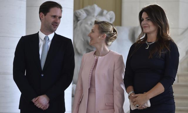 スロベニア、アイスランドの首脳夫人と談笑するゴーディエ・デストネさん(左)=2017年5月25日