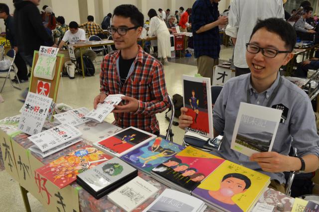 ライターの和氣正幸さん(右)は、福岡と熊本の本屋さんを取材して書いた本を販売していました