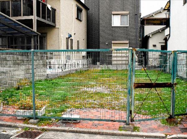高石市内に残る「塩漬け」の土地。市が土地開発公社から引き取ったが、活用のめどはたっていない=大阪府高石市、赤井陽介撮影