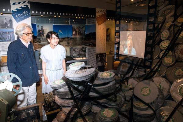 2人で山田洋次ミュージアムを訪ねた山田監督とのんさん(右)=東京都葛飾区、鬼室黎撮影