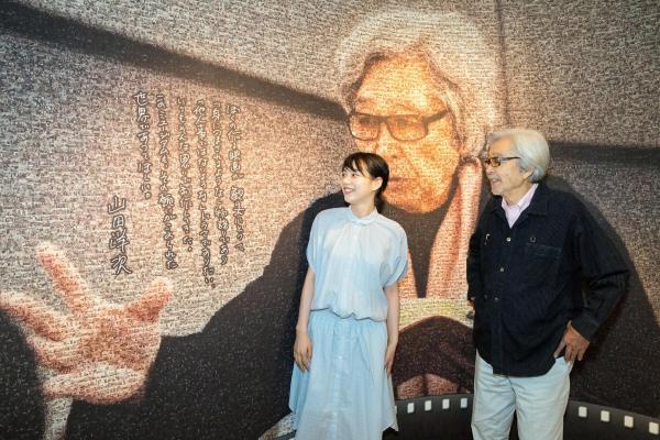 2人で山田洋次ミュージアムを訪ねた山田監督とのんさん(左)=東京都葛飾区、鬼室黎撮影