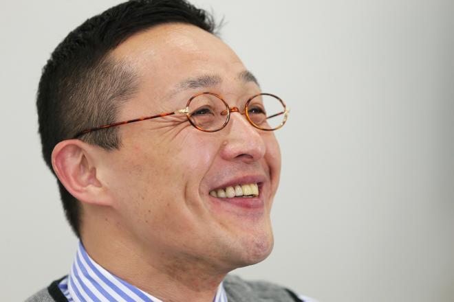 インタビューに笑顔で答えるスマイリーキクチさん=竹谷俊之撮影
