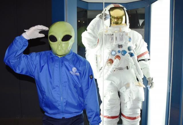 石川県にある宇宙科学博物館「コスモアイル羽咋」でアルバイト中の宇宙人「サンダー君」