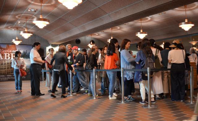 東京都美術館で開催された「タラ夫グリーティング」の開始前にはタラ夫との撮影のために30人近くの行列ができた。=5月30日、東京都台東区、野口みな子撮影