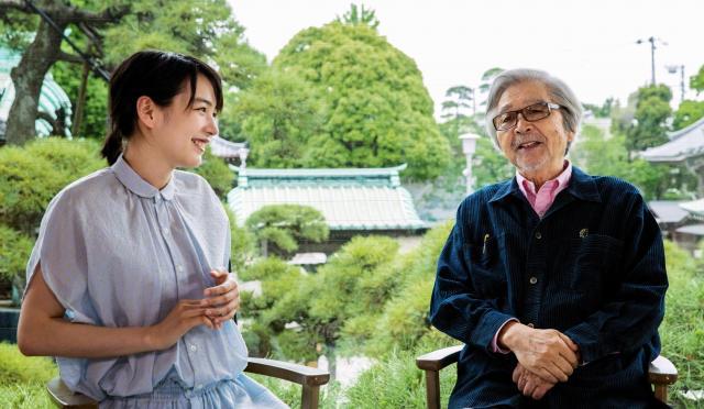 山田洋次監督(右)と対談するのんさん=東京都葛飾区、鬼室黎撮影