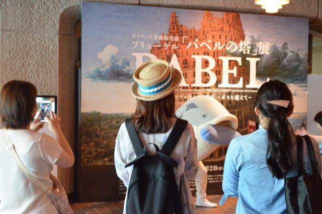 来場者にカメラを向けられているタラ夫=5月30日、東京都台東区、野口みな子撮影