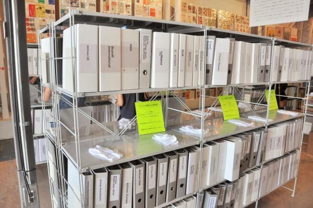 図書館のように並べられた800冊以上あるファイル