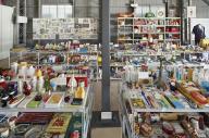 空きボトル・ガムの包み紙…膨大な収集品のごく一部が並べられた追悼展の会場