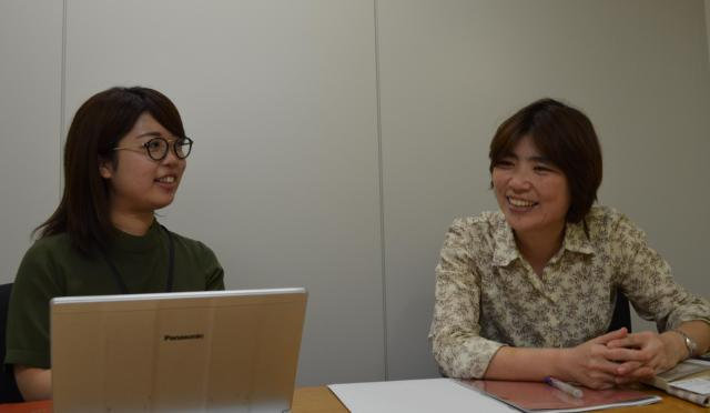 共同ピーアール株式会社の津原さん(左)と三井さん(右)=5月25日、東京都中央区、野口みな子撮影