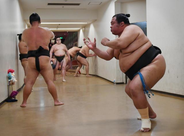 取組前の力士たちで熱気あふれる通路。右は幕下の豊ノ島=恵原弘太郎撮影