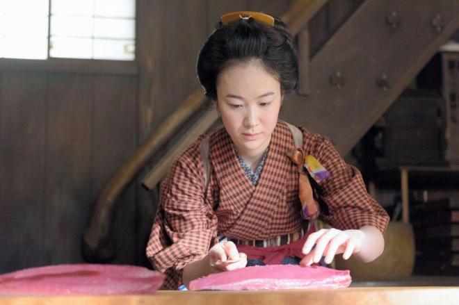 「みをつくし料理帖」第1回で澪に扮しカツオをさばく黒木華=NHK提供