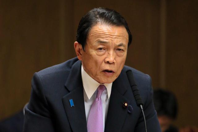 国会で答弁する麻生太郎氏=2017年4月11日