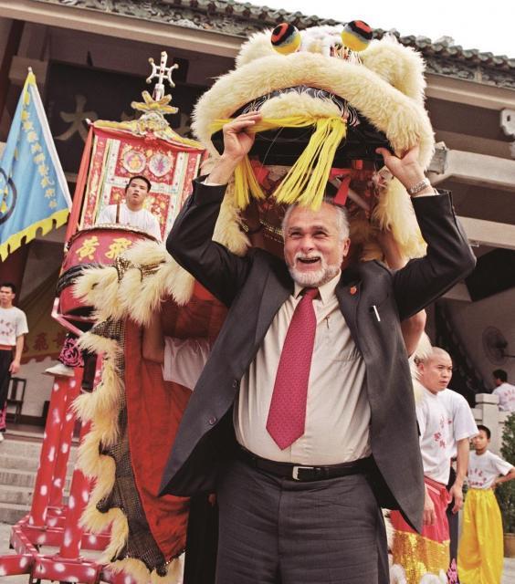 獅子舞を体験する外国人観光客