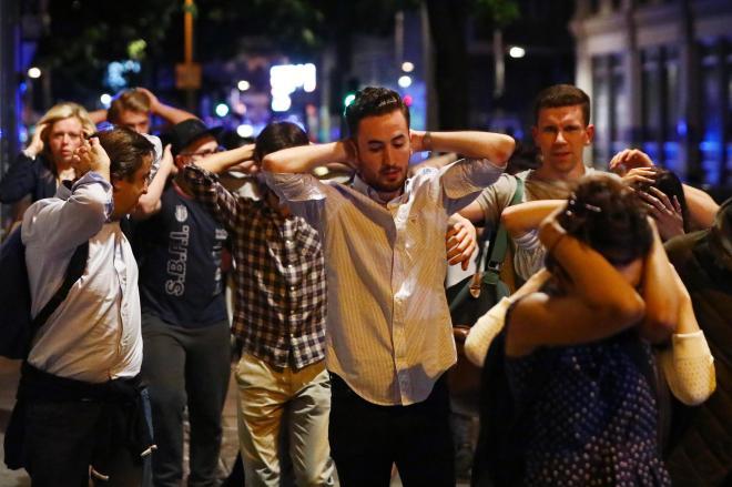 ロンドンで起きたテロ事件で、現場になったロンドン橋の近くから逃げ出す人たち=2017年6月4日