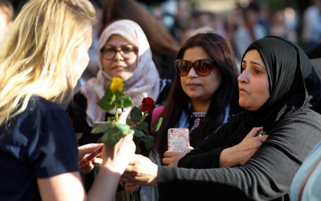 イギリスのマンチェスターで起きたテロの犠牲者を追悼する行事に参加した人たち。イスラム教徒らしき人の姿も見える=2017年5月23日