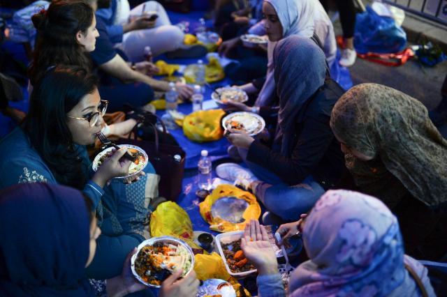 日没後、食事をとる女性たち。場所はアメリカ・ニューヨーク=2017年6月1日