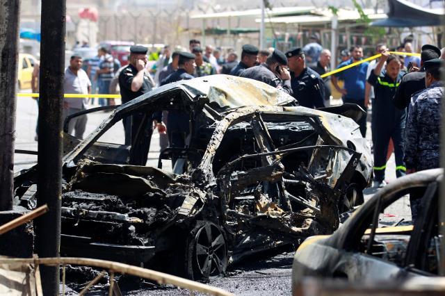 イラクの首都バグダッドで、自動車爆弾を使ったテロの現場付近で見つかった車両の残骸=2017年5月30日