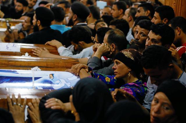 エジプト中部ミニヤ県で武装集団に襲われて亡くなったキリスト教徒を弔う人たち=2017年5月26日