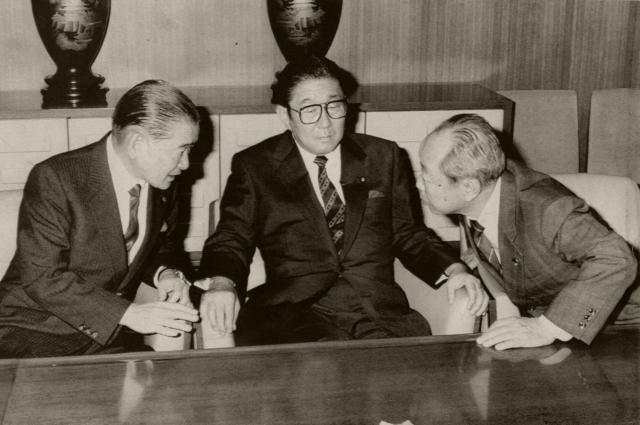自民党総裁選に向け会談する竹下登氏(左)、安倍晋太郎氏(中央)、宮沢喜一氏(右)=1987年10月19日