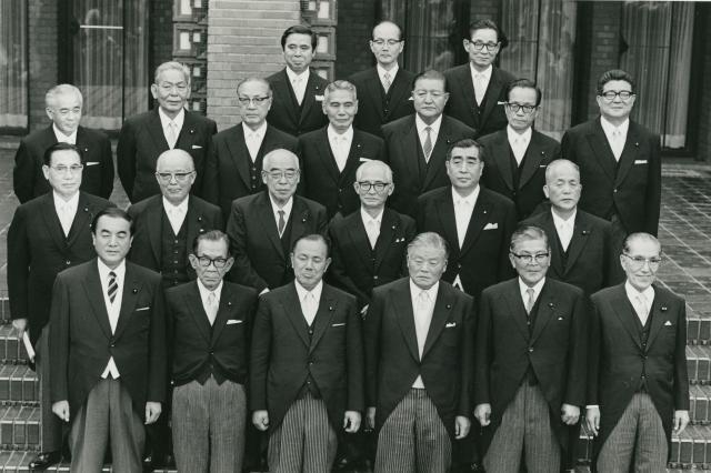 初閣議を終えた、第1次田中内閣の閣僚たち=1972年7月7日