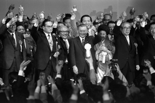 資金集めパーティーで、原衆議院議長(前列左から2人目)の音頭で乾杯する竹下自民党幹事長(中央)。竹下氏はこのパーティーで、自民党総裁選挙への事実上の出馬宣言をした=1987年5月21日