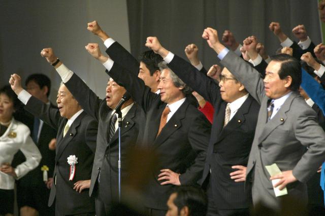 自民党大会で参院選必勝を願って気勢をあげる小泉純一郎首相(当時)=2004年1月16日、東京都内で