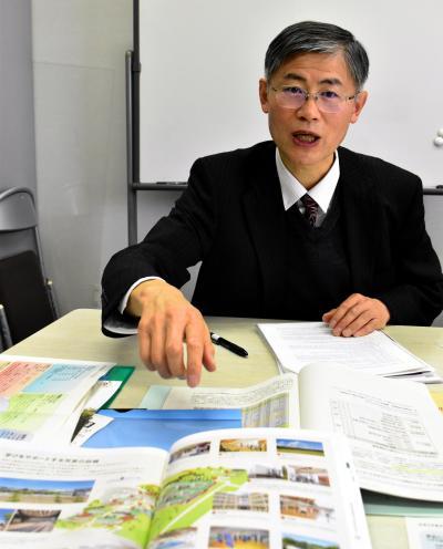 資料を示しながら会津大の説明をしてくれた程子学副学長。「開校当時から変わらないコンセプトでやってきたことが評価されたのだと思う」=4月21日午後3時30分、会津若松市一箕町の会津大、小泉浩樹撮影