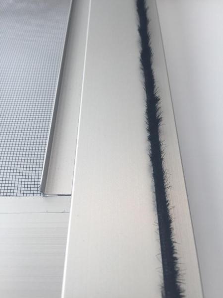 これが「モヘア」。網戸の横の隙間からの虫の侵入を防ぐために付けられている