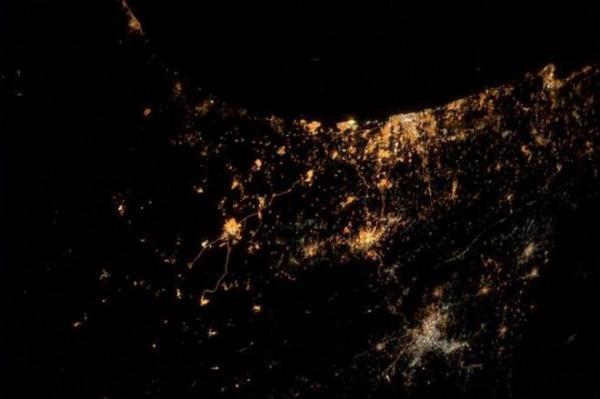 2014年7月24日、宇宙飛行士アレクサンダー・ガーストさんが「今までで最も悲しい写真」としてツイッターに投稿した宇宙から見たガザ地区の写真。ツイッターには「爆発やロケット弾も見える」と記した。