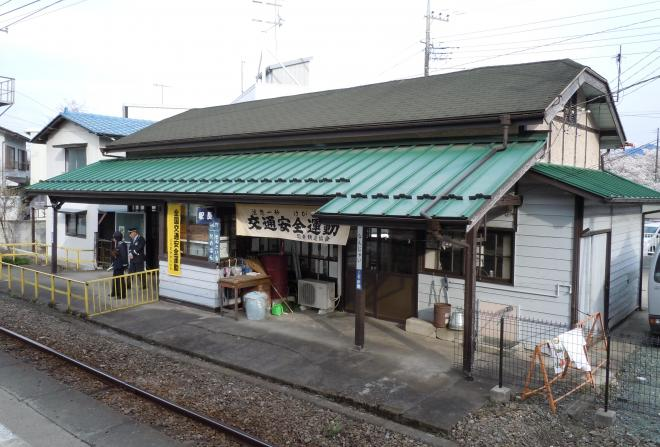 「なんじゃい」の看板を掲げて立つ南蛇井駅の駅舎