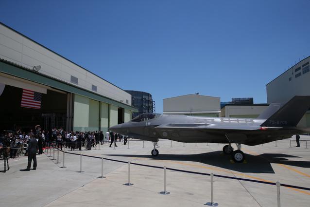 晴天の下、報道公開されたF35A戦闘機=5日午後、愛知県豊山町、吉本美奈子撮影